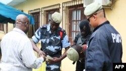 La police a arrêté des commerçants musulmans à la suite d'une attaque au couteau contre deux ressortissants danois, à Libreville, 17 décembre 2017.