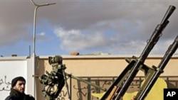 벵가지의 대공포를 차지하고 있는 반 가다피 전투요원