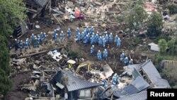 在日本南部熊本地震造成的泥石流摧毁了数座住房,救援人员正在对一所倒塌的房子进行搜救。 (2016年4月16日)