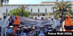Sejumlah warga penyintas lumpur Lapindo dari Kelompok Perempuan Ar-Rohma dan aktivis lingkungan melakukan aksi unjuk rasa memperingati 13 tahun lumpur Lapindo, di Kantor Gubernur Jawa Timur di Surabaya (Foto: VOA/Petrus Riski).