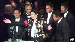 گروه جکسون پنج که مایکل جوانترین عضو آن بود.