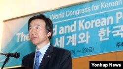 윤병세 한국 외교부 장관이 22일 고려대학교에서 열린 한국정치학회 창립60주년 기념 세미나에 참석해 축사를 하고 있다.
