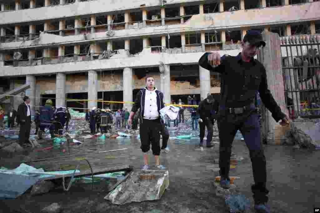 انفجار باعث ترکیدن یکی از لوله های آب در خیابان رو به روی اداره امنیت شد. قاهره، ۲۴ ژانویه