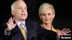 Senator John McCain,(bitaa) fi jaartii isaa Cindy MaCain duula filannoo pireizdaantummaa 2008 irratti.