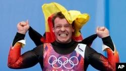 Vận động viên Đức Felix Loch vui mừng sau khi thắng huy chương vàng bộ môn trượt tuyết bằng xe (luge), đơn, nam tại Thế vận hội Sochi, 9/2/14