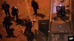 پلیس ضدشورش مصر در جریان تجمعات مقابل ریاست جمهوری، لباس های مردی را کند و او را کتک زد .