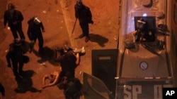 Cảnh sát Ai Cập lột quần áo và đánh đập ông Hamada Saber và kéo ông trần truồng trên mặt đất ở thủ đô Cairo, ngày 1/2/2013.