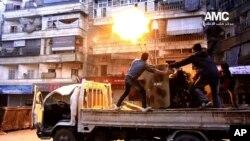 시리아의 반정부 단체인 '알레포미디어센터(AMC)'가 지난 1일 배포한 사진. 시리아 알레포에서 반군들이 정부군 전투기를 향해 대공화기를 발사하고 있다.