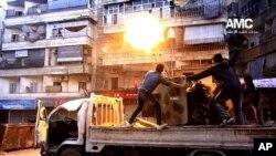 Pasukan pemberontak Suriah menembak ke arah pesawat milik pasukan pemerintah Suriah di Aleppo, Suriah (1/2). Pasukan pemerintah Suriah dilaporkan terus melancarkan serangan udara ofensif di wilayah ini, Senin (3/2).