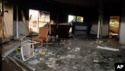 ພາບຂອງແກ້ວແຕກ, ຊາກຫັກພັງ ແລະໂຕະຕັ່ງທີ່ຫງາຍຂຶ້ນ ຢັງຢາຍຢູ່ໃນຫ້ອງນຶ່ງ ຢູ່ໃນສະຖານກົງສຸນສະຫະລັດ ທີ່ຖືກທໍາລາຍ ຢູ່ເມືອງ Benghazi ປະເທດ ລີເບຍ ພາຍຫລັງ ທີ່ຖືກໂຈມຕີ ທີ່ພາໃຫ້ຊາວອາເມຣິກັນ ສີ່ຄົນເສຍຊີວິດໃນວັນທີ 12 ກັນຍາ 2012.