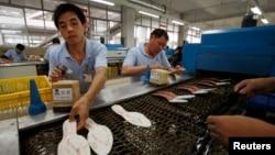Công nhân Trung Quốc làm việc tại nhà máy giày ở Cám Châu, tỉnh Giang Tây.