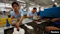 Para pekerja pabrik sepatu di Ganzhou, provinsi Jiangxi, China. (Foto: Dok)