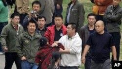 中国便衣警察强行将上访人员带走(资料照片)