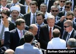 Ağustos 2014'te yeni seçilen Cumhurbaşkanı Recep Tayyip Erdoğan ve Başbakan Davutoğlu, Ankara'da Hacıbayram Camisi'ne giderek Cuma namazı kıldı. New York Times gazetesine göre cami radikal Selefilerin IŞİD'e militan toplamak için kullandığı yeraltı mescidine 100 metre uzakta.
