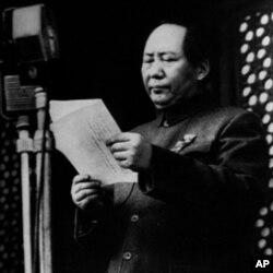 1949年10月1日,毛泽东在天安门城楼上
