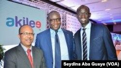 Mouhamadou Makhtar Cissé, DG de Sénélec, au milieu, avec les promoteurs d'Akilee, Samba Laobé Ndiaye et Amadou Ly, à Dakar, Sénégal, 6 septembre 2017. (VOA/Seydina Aba Gueye)