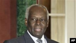 Angola: Presidente nega ter milhões no estrangeiro