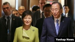 미국을 방문 중인 박근혜 대통령(왼쪽)이 6일 오전 유엔본부를 방문해 반기문 사무총장을 접견하고 있다.