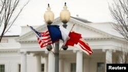 Francuska i američka zastava ispred Bele kuće