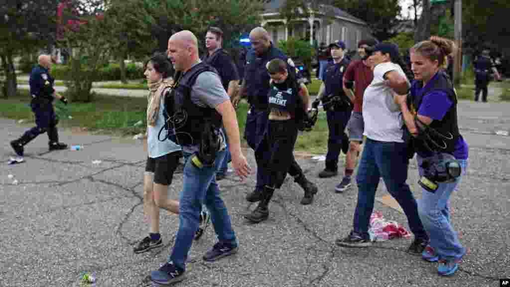 Des manifestants interpellés par la police dans un quartier résidentiel à Baton Rouge, 10 juillet 2016.