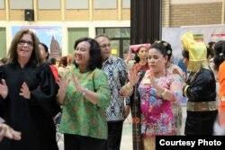 Judge Green ikut menari Tortor bersama masyarakat Indonesia di Florida.