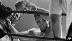 Mohamed Ali défend son titre de champion face à Shavers à New York le 29 septembre 1977.