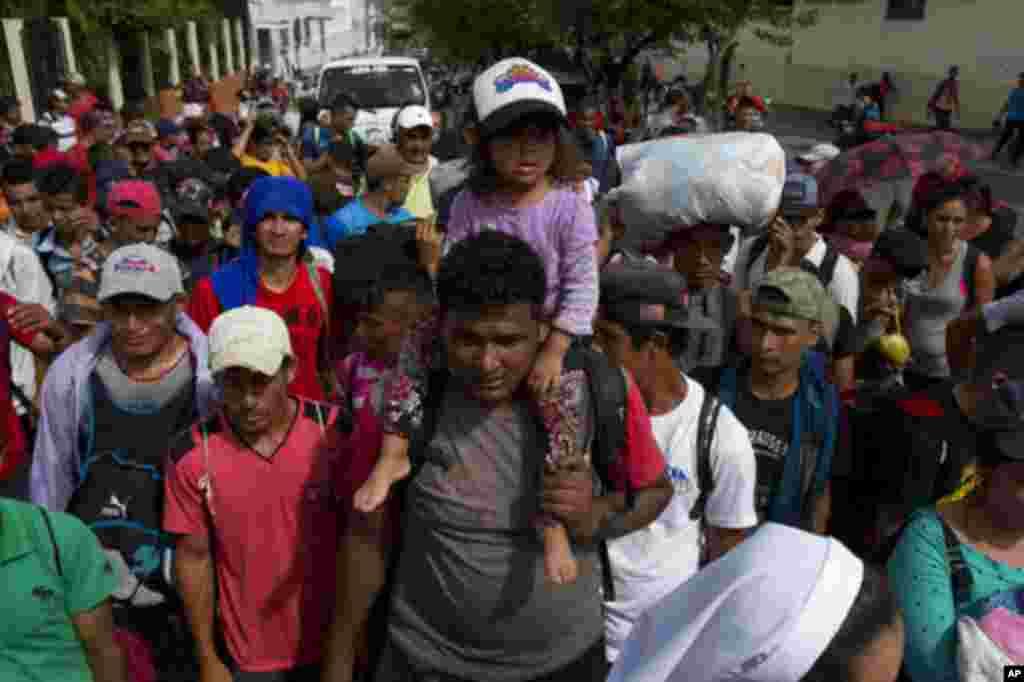 در حالی مهاجران هندوراسی از آمریکای مرکزی به سمت مرز ایالات متحده در حرکت هستند که پرزیدنت ترامپ مکزیک را تهدید کرده که اگر مانع حضور آنها در مرز آمریکا نشود، نیروهای ارتش ایالات متحده را در مرز با مکزیک مستقر می کند.