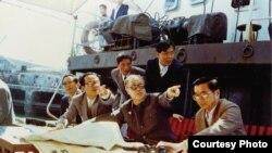 1986年2月在海南岛考察与田纪云、胡启立、谷牧讨论洋浦港平面规划方案 。(香港中文大学出版社提供)