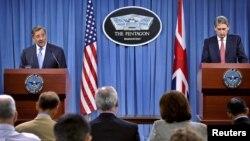 Bộ trưởng Quốc phòng Mỹ Leon Panetta (trái) và Bộ trưởng Quốc phòng Anh Philip Hammond trong 1 cuộc họp báo chung tại Tòa Bạch Ốc, Washington, 18/7/2012