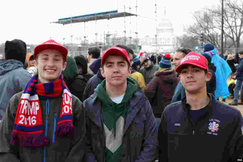 Young Trump supporters await Donald Trump's inauguration as the 45th president of the United States, Jan. 20, 2017. (Photo: B. Allen / VOA)