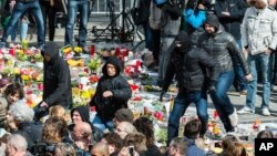 Правого напрямку демонстранти на меморіалі для вшанування пам'яті жертв терактів