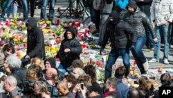 比利时右翼示威者在纪念布鲁塞尔恐袭事件死难者的场地踩踏民众献上的鲜花 (2016年3月27日)