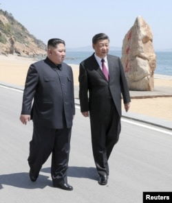 Chinese President Xi Jinping and North Korean leader Kim Jong Un meet in Dalian, Liaoning province, China in this picture released by Xinhua on May 8, 2018. Xie Huanchi/Xinhua via REUTERS