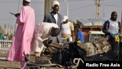 Para pakar bom menyelidiki lokasi ledakan di kantor poisi di Kano (15/11/2014) dimana terjadi bom bunuh diri yang menewaskan 6 orang termasuk 3 polisi. Militan Boko Haram diduga berada di balik serangan itu.