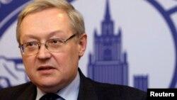 俄罗斯副外长里亚布科夫在莫斯科的外交部主楼举行的记者会上讲话(2008年12月15日资料照片)。