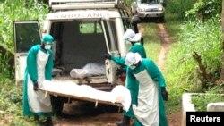 Des mesures strictes sont nécessaires pour transporter les dépouilles des victimes du virus Ebola (Reuters)