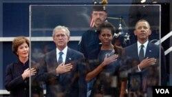 Ansyen premyè dam amerikèn nan Laura Bush, ansyen prezidan ameriken an Georges Bush, Premyè dam ameriken an Michelle Obama ak Prezidan Ameriken an Barack Obama nan yon seremoni ki dewoule nan Nouyòk pou komekore 10èm anivèsè atak 11 septanm nan (AP Photo/