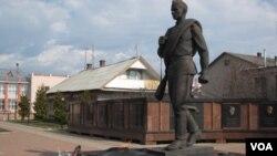 離莫斯科數百公里遠的一個小鎮上的紅軍士兵塑像。 (美國之音白樺攝)