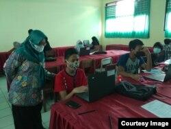 Wakil Ketua Komisi Perlindungan Anak Indonesia Rita Pranawati ketika mengawasi persiapan sekolah tatap muka (foto: courtesy).
