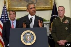 지난 2016년 7월 바락 오바마(가운데) 미국 대통령이 아프가니스탄 주둔군 감축 계획을 밝히고 있다. 배석한 사람들은 애슈턴 카터(왼쪽) 당시 국방장관과 조셉 던포드 합참의장.