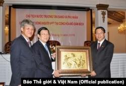 Đại sứ Việt Nam tại Mozambique Nguyễn Văn Trung (phải) nhận quà từ Chủ tịch nước Việt Nam Trương Tấn Sang khi ông đến thăm Mozambique, ngày 12 tháng 3, 2016. (Hình: Báo Thế giới & Việt Nam)