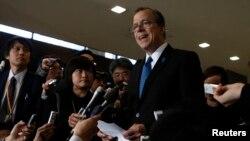 글린 데이비스 미 국무부 대북정책 특별대표가 25일 도쿄에서 일본 측 6자회담 수석대표인 이하라 준이치 외무성 아시아대양주 국장과 회동한 뒤 기자단의 질문에 답하고 있다.