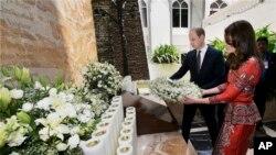 Le duc et la duchesse de Cambridge, le prince William, et son épouse, l'ancienne Kate Middleton, déposent une gerbe sur le monument aux martyrs à l'hôtel Taj Mahal Palace de Mumbai, en Inde, le dimanche 10 avril 2016. (Mitesh Bhuvad / Pool via AP)