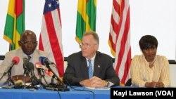 Stanilas Baba, responsable du la Millenium Challenge Corporation (MCC), David Gilmour, ambassadeur des Etats-Unis, et Sandra Ablamba Johnson, conseillère à la présidence togolaise lors d'une conférence de presse à Lomé, Togo, 8 avril 2018. (VOA/Kayi Lawson)
