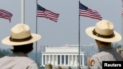 Petugas di Monumen Washington dengan Memorial LIncoln di belakangnya. (Foto: DOk)