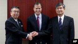 미국, 한국, 일본의 북 핵 6자회담 수석대표들이 19일 미국 수도 워싱턴에서 만나 대북 공조 방안을 논의했다. 왼쪽부터 신스케 수가야마 일본 6자 수석대표, 글린 데이비스 미 대북정책특별대표, 조태영 한국 6자 수석대표.