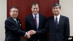 미국, 한국, 일본의 북 핵 6자회담 수석대표들이 19일 미국 수도 워싱턴에서 만나 대북 공조 방안을 논의했다. 왼쪽부터 신수케 수가야마 일본 6자 수석대표, 글린 데이비스 미 대북정책틀별대표, 조태영 한국 6자 수석대표.