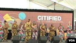 首都华盛顿黑人社区舞蹈团在史密森学会民间艺术节上载歌载舞(视频截图)