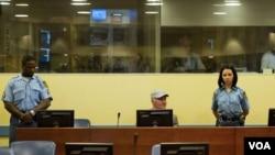 Mantan komandan militer Serbia di Bosnia, Jenderal Ratko Mladic saat hadir di pengadilan Den Haag, Senin (4/7).