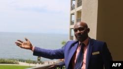 Le directeur général kenyan James Nzavwxala fait des gestes à son hôtel Serena à Goma le 16 octobre 2020.